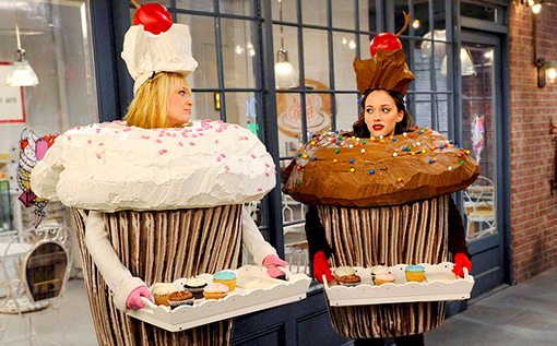Caroline Channing (Beth Behrs), Max Black (Kat Dennings) - 2 Broke Girls