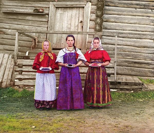 Devojke sa sela koje nude lokalno voće