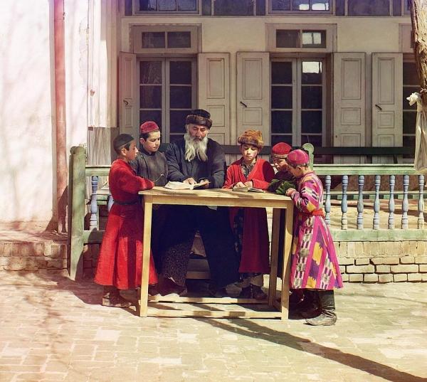 Stariji Jevrejin podučava svoju decu u drevnom, kulturnom i trgovačkom centru Srednje Azije – Samarkandu