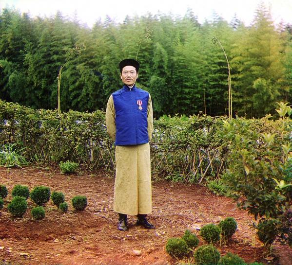 Kinez Lau Čen Džau ispred svojih polja za uzgajanje čaja na obroncima Kavkaza u današnjoj Abhaziji