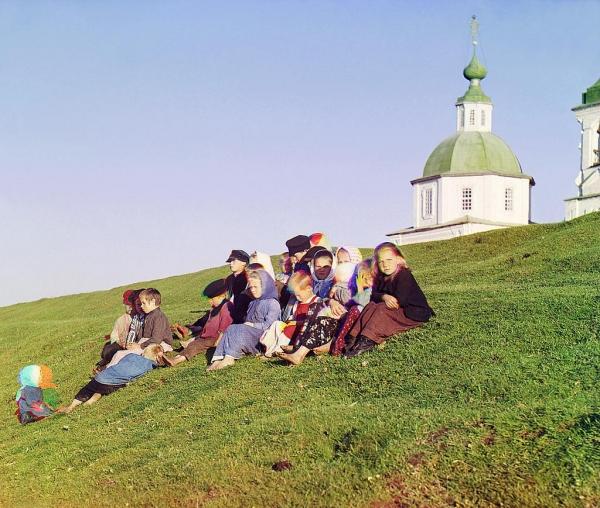 Deca u blizini manastira